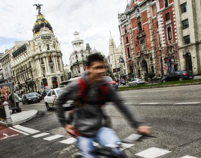 Un ciclista en la calle de Alcalá, en uno de los carriles bici establecidos en la ciudad.