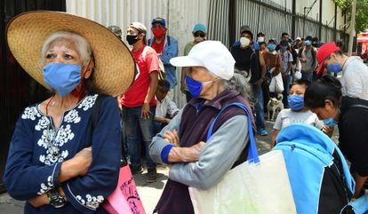 Personas en condiciones económicas críticas reciben alimentos en un centro religioso de Ciudad de México. La crisis generada por la pandemia ha aumentado el número de pobres en México.