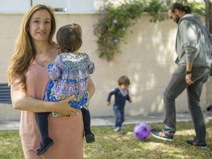 María y Juan Antonio, con sus mellizos de dos años María y Juan.