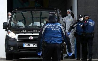 Traslado de personas fallecidas por coronavirus al Palacio de Hielo en Madrid, este martes.