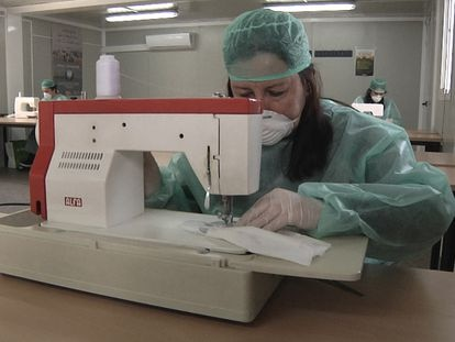 Trabajadora elaborando una de las mascarillas.