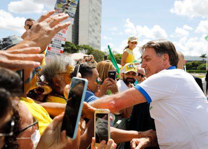 El presidente brasileño, Jair Bolsonaro, saluda este domingo a sus simpatizantes afuera del Palacio de Planalto.