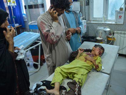 Un niño espera a ser atendido en Herat el domingo, tras resultar herido en los enfrentamientos entre el ejército afgano y los talibanes