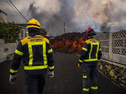 La lava amenaza la localidad de El Paraíso en el municipio de El Paso, tras la erupción volcánica en Cumbre Vieja.