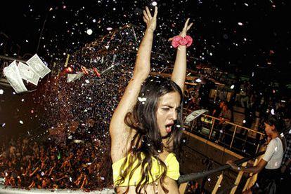 Lluvia de dinero en la madrugada de ayer  en el aniversario del  Zombie Club, en la sala Heineken.