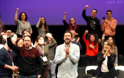 Iglesias y Díaz arropan al candidato de Galicia en Común a la Xunta, Antón Gómez-Reino, en un acto de precampaña en A Coruña el pasado febrero.