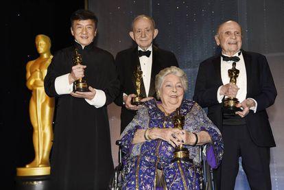 Jackie Chan, Fredrerick Wiseman y Lynn Stalmaster rodean a Anne V. Coates.