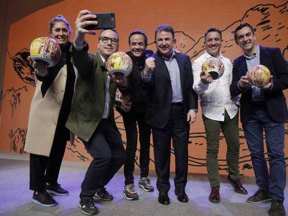 Los premiados, desde la izquierda, Maca de Castro, Paco Morales, Sergio Torres, Alberto Ferruz y Paolo Casagrande, con Martín Berasategui, en la gala de los Soles Repsol en San Sebastián.