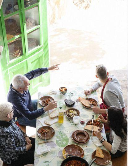 Almuerzo de Oriol Blanes con familiares y amigos en Barraca dels Liris (Tamariu).