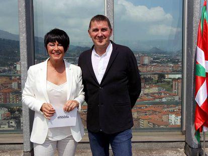 Arnaldo Otegi y Maddalen Iriarte, en una comparecencia para valorar los acuerdos sobre autogobierno.
