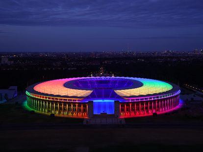 Panorámica exterior del Estadio Olímpico de Berlín, iluminado este miércoles con la bandera arcoíris.