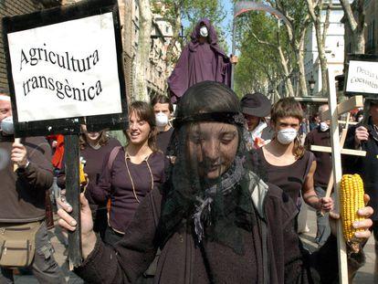 Diversos colectivos ecologistas se manifiestan en Barcelona contra los transgénicos, en 2006.
