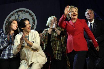 Hillary Clinton (de rojo), junto al candidato a Gobernador Terry McAuliffe y un grupo de mujeres en Falls Church (Virginia).