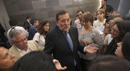 El presidente del Gobierno, Mariano Rajoy, rodeado de periodistas tras su rueda de prensa en La Moncloa ayer, después del Consejo de Ministros.