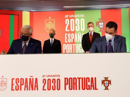 El rey Felipe VI, al fondo a la derecha, el presidente de la república de Portugal, Marcelo Rebelo de Sousa, y los presidentes del Gobierno, Pedro Sánchez y Antonio Costa, suscriben el acuerdo de España y Portugal para el lanzamiento de la candidatura conjunta de ambos países al Mundial 2030.