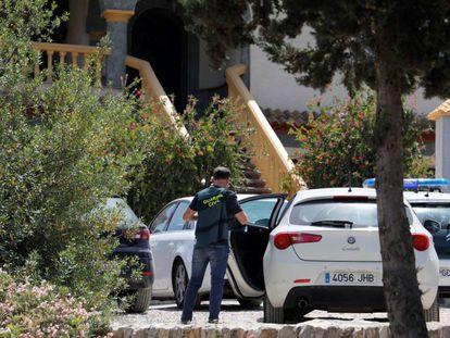 Agentes de la Guardia Civil en la puerta de la vivienda donde fue encontrada la víctima, en Iznájar (Córdoba).