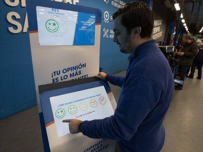 Un cliente rellena una encuesta de satisfacción en el Decathlon de Alcobendas, Madrid.