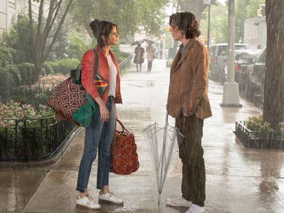 Selena Gomez y Timothée Chalamet en 'Día de lluvia en Nueva York'. En vídeo, el tráiler de la película.
