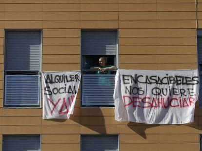 Pancartas contra la venta de casas del Ivima a Encasa Cibeles, en una imagen de 2019.