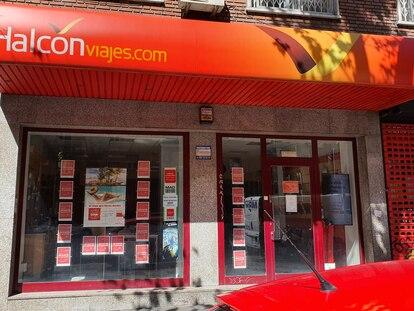 Una agencia de Viajes Halcón cerrada por la covid-19, en Madrid.
