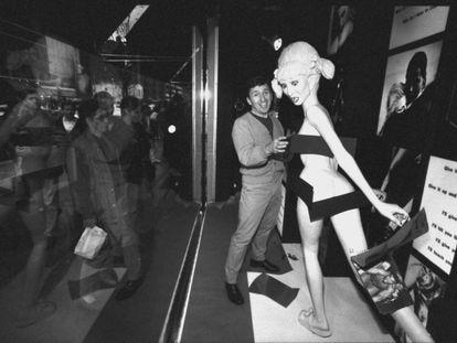 Simon Doonan, director artístico de Barneys de 1986 a 2010, arregla un maniquí de Madonna para el escaparate de las fiestas de Navidad de 1992. |