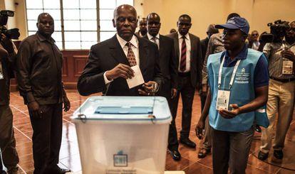 El presidente de Angola, José Eduardo dos Santos, vota en un colegio electoral de Luanda este miércoles. p