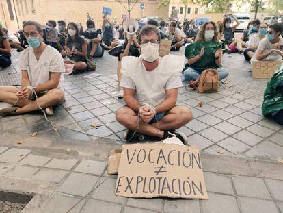 Protesta de los MIR ante la consejería de Sanidad en Valencia.