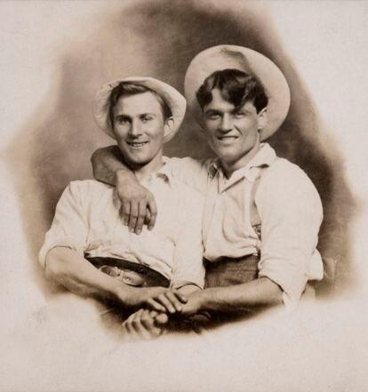 """Tarjeta postal fechada hacia 1910 con una inscripción: """"E. Thieniann & M. Hunter""""."""