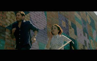 Daniel Brühl y María Valverde en una escena del videoclip de Dorian.