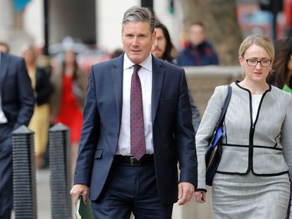 El líder laborista, Keir Starmer, camina por Londres junto a Rebecca Long-Bailey, en mayo del año pasado.