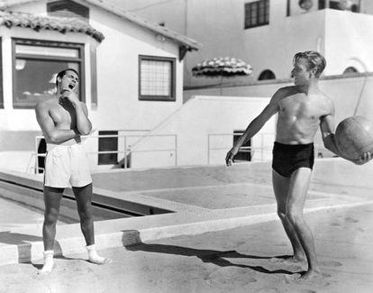 Cary Grant y Randolph Scott comparten una jornada de playa.