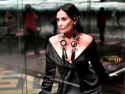 Demi Moore vestida para salir a la pasarela en la que Fendi presentó su colección de alta costura en París el pasado 27 de enero.