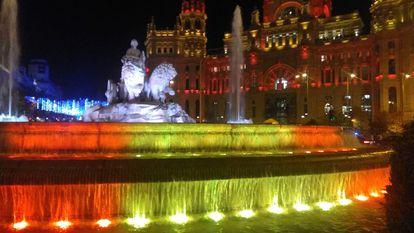 La fuente de Cibeles y la sede del Ayuntamiento de Madrid, iluminadas este fin de semana con los colores de la bandera española.