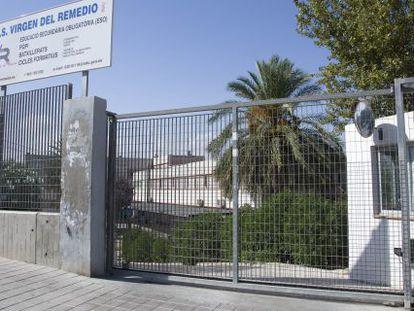 El IES Virgen del Remedio de Alicante cerrado por el calor.