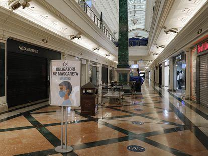 Tiendas cerradas en un centro comercial de Hospitalet de Llobregat (Barcelona).