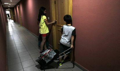 Niños de primaria llegan a su casa tras salir del colegio.