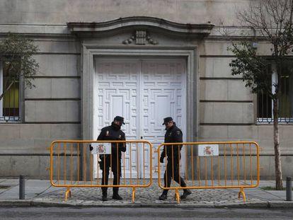 Dos agentes vigilan la sede del Tribunal Supremo.