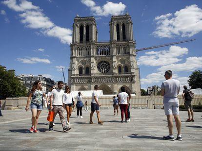 La explanada de Notre Dame ha reabierto este domingo, más de un año después del devastador incendio de la catedral