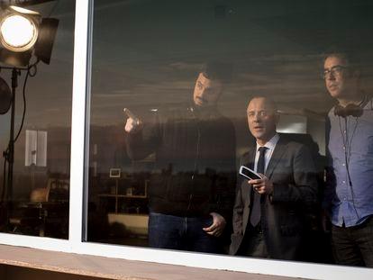 Los directores Àlex (izquierda) y David Pastor, con Javier Gutiérrez en el centro, en el rodaje de 'Hogar'.