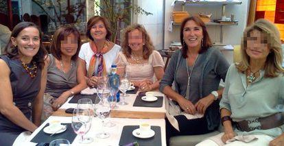 La notaria Blanca Entrena (de blanco en el centro), la expresidenta de Afal Blanca Clavijo, fallecida recientemente (izquierda) y la notaria Nuria López Mora (derecha).