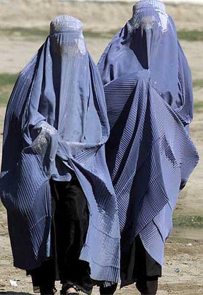 Dos mujeres afganas cubiertas con el <i>burka</i>, por una calle de Faizabad.