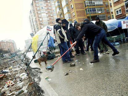Vecinos del barrio de Gamonal en Burgos siguen en el bulevar para paralizar las obras, 15 de enero de 2014.