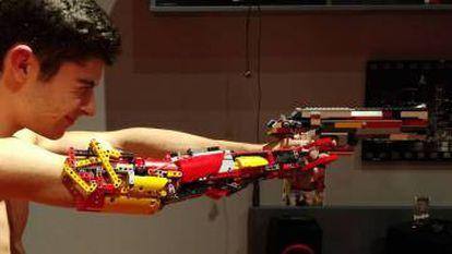 David Aguilar con su brazo de Lego.