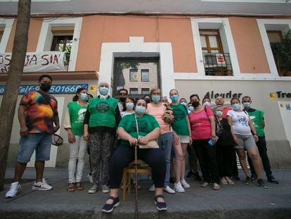 Vecinos de la calle de Cáceres, número 7, ante la puerta de su vivienda.