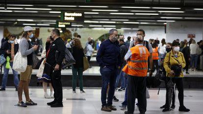 Usuarios de Cercanías se aglomeran este lunes frente a las escaleras de salida en la estación de Sants.