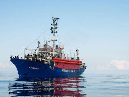 El buque fletado por la ONG alemana Lifeline viaja a la deriva en búsqueda de un puerto seguro en el Mediterráneo.