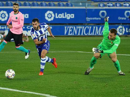 Neto pierde el balón ante el Alavés, acción que le costó el gol.