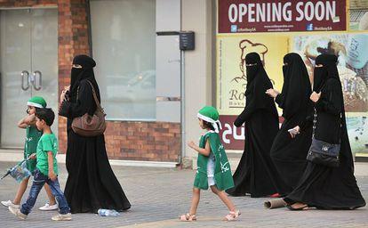 Un grupo de mujeres saudíes con varios niños pasean por las calles de Riad en 2013, en Arabia Saudí.