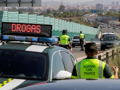 Agentes de la Guardia civil durante un control de alcoholemia y drogas en la autovía A-30 que une Cartagena con Murcia, el 2 de julio, primer día de la operación especial de tráfico del verano.