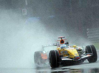 Fernando Alonso, a los mandos de su Renault durante la carrera.